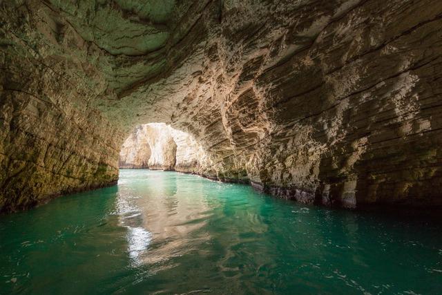 Крайбрежните пещери на Виесте